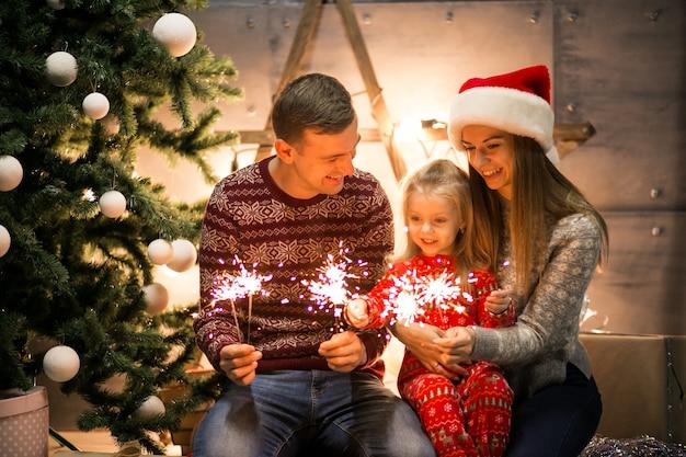 Foto Di Natale Famiglia.Famiglia Che Si Siede Vicino All Albero Di Natale Con Le