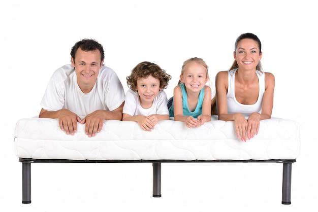 Famiglia che si trova sui materassi, isolati Foto Premium