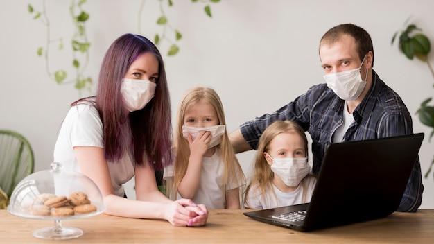 Famiglia che utilizza computer portatile Foto Gratuite