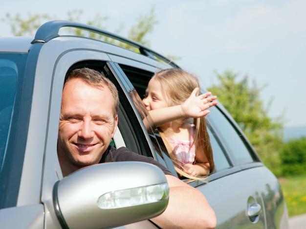 Famiglia che viaggia in auto Foto Premium