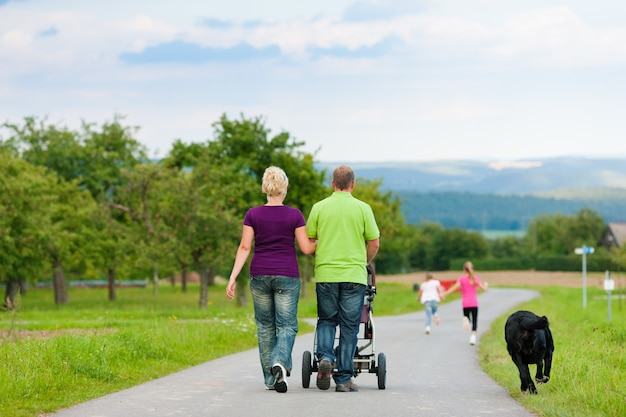 Famiglia con bambini e cane con passeggiata Foto Premium