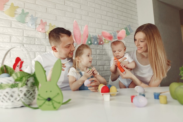 Famiglia con due bambini in una cucina che prepara a pasqua Foto Gratuite