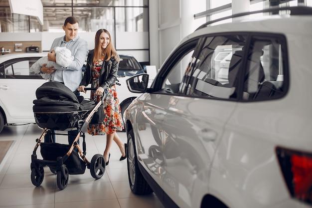 Famiglia con figlio piccolo in un salone di auto Foto Gratuite