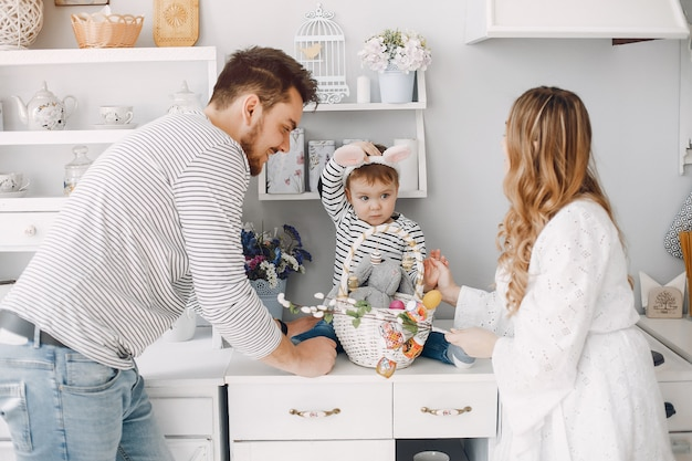 Famiglia con figlio piccolo in una cucina Foto Gratuite