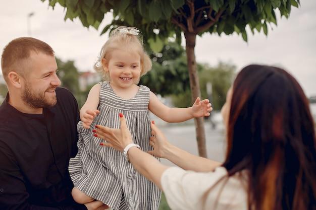 Famiglia con la figlia che gioca in un parco Foto Gratuite