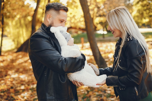 Famiglia con la figlia in un parco in autunno Foto Gratuite
