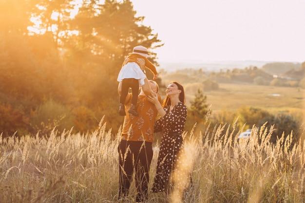 Famiglia con la loro piccola figlia in un campo di autunno Foto Gratuite
