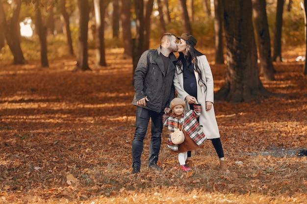 Famiglia con la piccola figlia in un parco di autunno Foto Gratuite