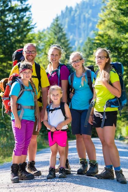 Famiglia con quattro bambini escursioni in montagna Foto Premium