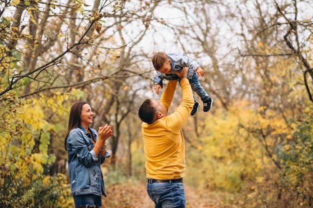 Famiglia con un figlio piccolo nel parco d'autunno Foto Gratuite