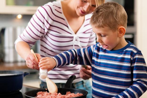 Famiglia cucina in cucina Foto Premium