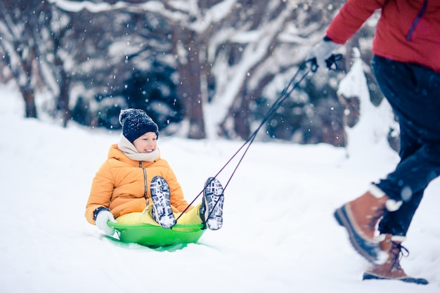 Famiglia di papà e bambini vacanza alla vigilia di natale all'aperto Foto Premium