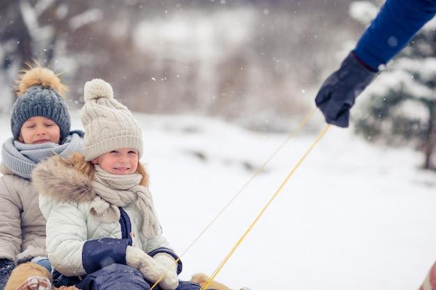 Famiglia di papà e bambini vacanza durante la stagione invernale Foto Premium
