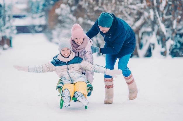 Famiglia di papà e bambini vacanza in inverno all'aperto Foto Premium