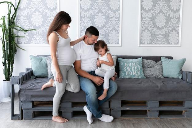 Famiglia di trascorrere del tempo insieme nel soggiorno Foto Gratuite
