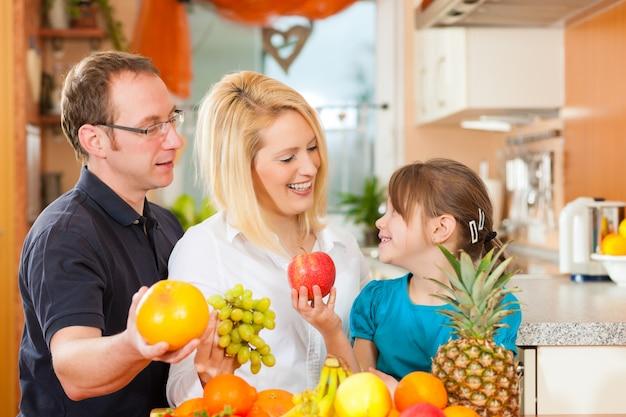 Famiglia e alimentazione sana Foto Premium