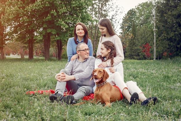 Famiglia elegante trascorrere del tempo in un parco estivo Foto Gratuite