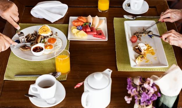 Famiglia facendo colazione in un hotel Foto Premium