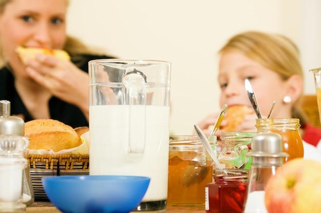 Famiglia facendo colazione Foto Premium