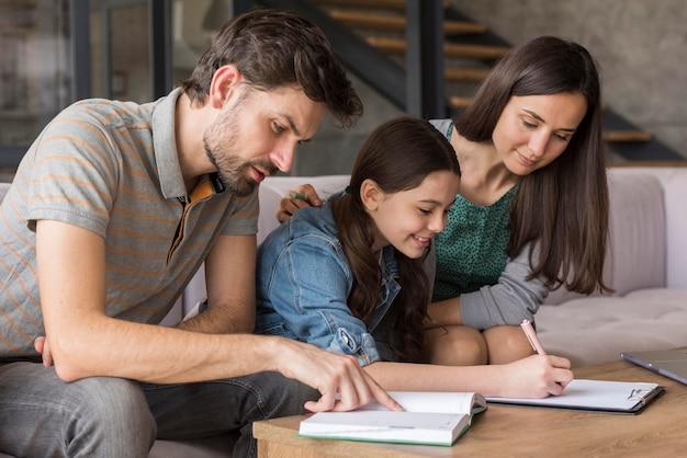 Famiglia facendo i compiti insieme Foto Gratuite