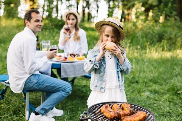 Famiglia facendo un barbecue in natura Foto Gratuite