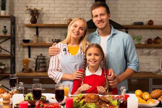 Famiglia felice che sorride e che esamina la macchina fotografica Foto Gratuite