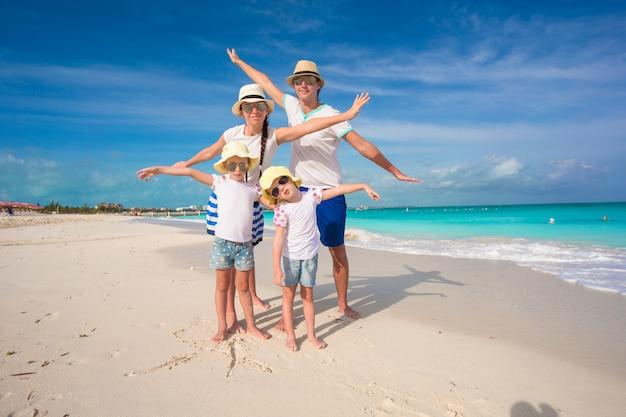 Famiglia felice con due ragazze in vacanza estiva Foto Premium
