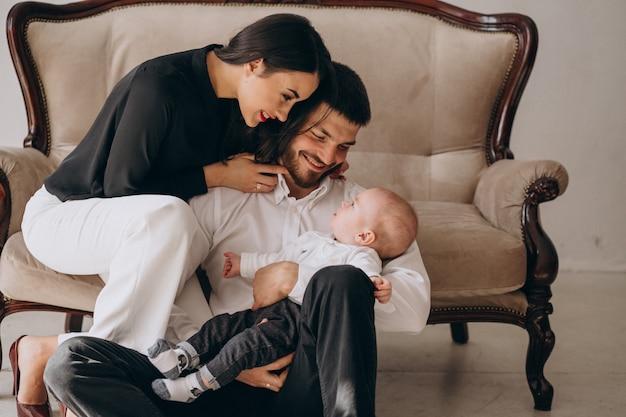 Famiglia felice con il loro primo figlio Foto Gratuite