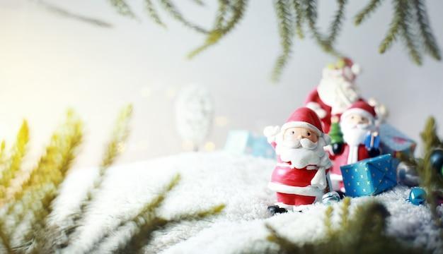 Famiglia felice di santa claus in regali di trasporto delle precipitazioni nevose ai bambini fondo di concetto di buon natale. Foto Premium