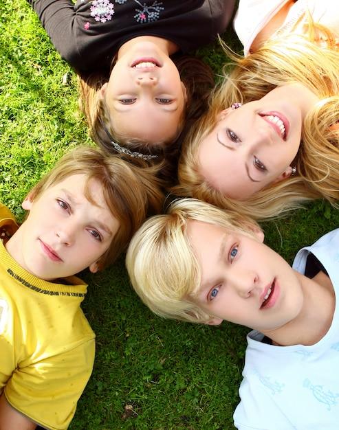 Famiglia felice e attraente passeggiare nel parco Foto Gratuite