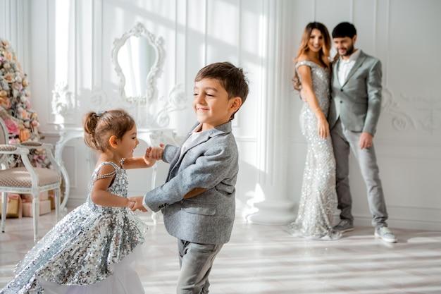 Famiglia felice in abiti eleganti all'interno del nuovo anno Foto Premium
