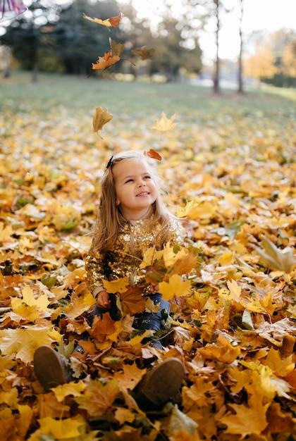 Famiglia felice in autunno a piedi Foto Gratuite