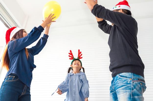 Famiglia felice in vacanza e natale Foto Premium