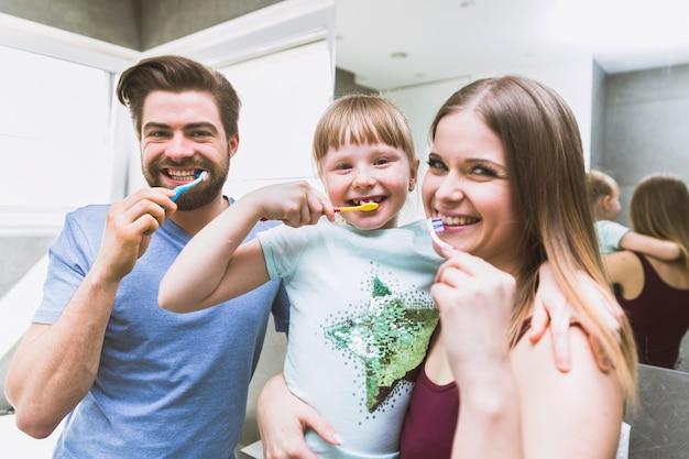 Famiglia felice lavarsi i denti in mattinata scaricare foto gratis