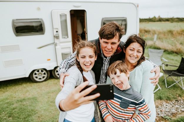 Famiglia felice prendendo un selfie Foto Premium