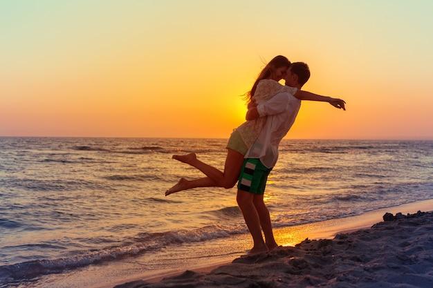 Famiglia felice sulla spiaggia Foto Premium