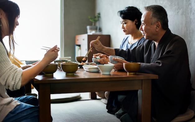 Famiglia giapponese che mangia insieme Foto Premium