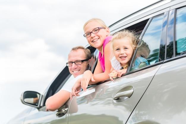 Famiglia guida in auto in vacanza estiva Foto Premium