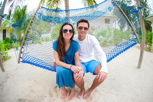 Famiglia in vacanza estiva rilassante in amaca Foto Premium