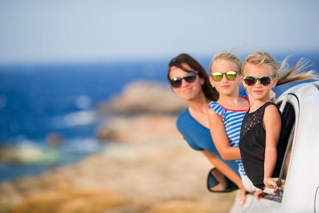 Famiglia in vacanza viaggia in auto. vacanze estive e concetto di viaggio in auto Foto Premium