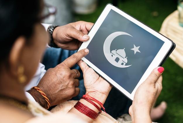 Famiglia indiana che apprende l'islam e il ramadan Foto Premium