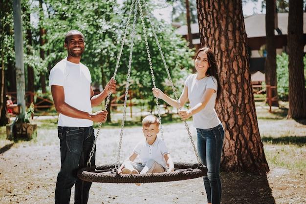 Famiglia multirazziale sul concetto di adozione del campo da giuoco. Foto Premium