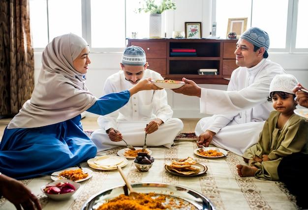 Famiglia musulmana cenando sul pavimento Foto Premium