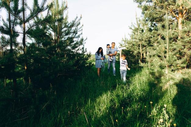 Famiglia papà mamma e bambini nel campo Foto Premium