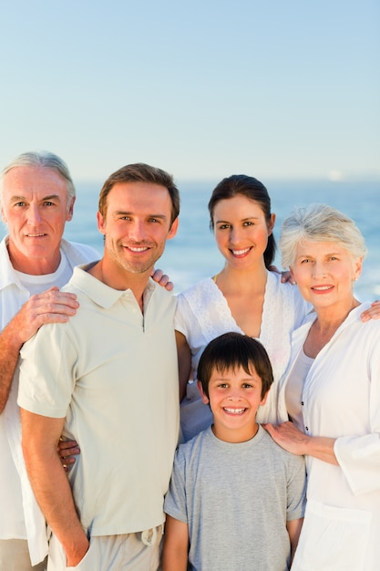 Famiglia radiosa in spiaggia Foto Premium