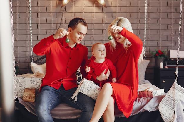 Famiglia seduto a casa su un letto Foto Gratuite