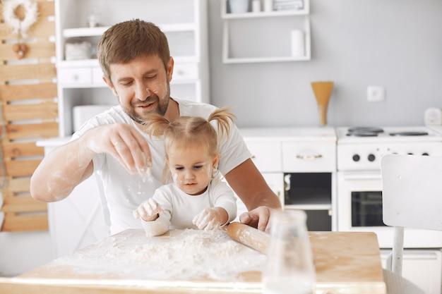 Famiglia seduto in una cucina e cucinare la pasta per i biscotti Foto Gratuite