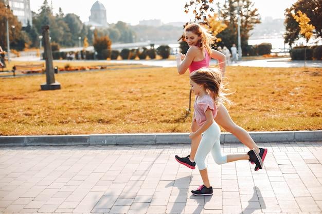 Famiglia sportiva in un parco estivo Foto Gratuite