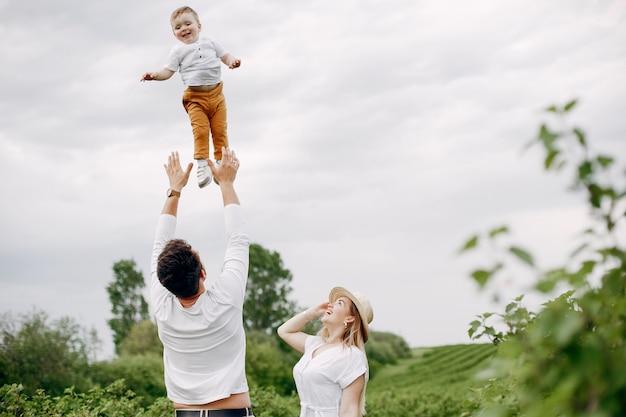 Famiglia sveglia che gioca in un campo estivo Foto Gratuite