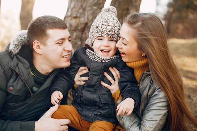 Famiglia sveglia che gioca in un parco estivo Foto Gratuite